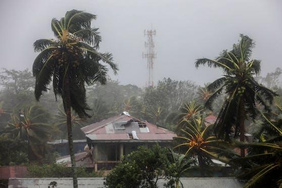Der gefährliche Wirbelsturm trieb schon am Dienstag sein Unwesen in Nicaragua und entwurzelte Bäume, deckte Dächer ab und ließ Flüsse über die Ufer treten.
