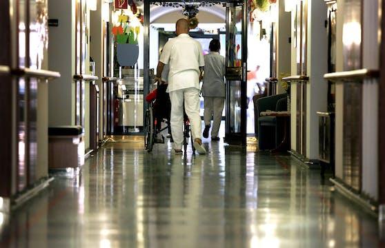 In Alten- und Pflegeheimen gelten nun strenge Regeln. Symbolbild