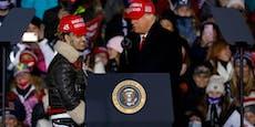 Trump holt Rapper auf die Bühne - und kennt ihn nicht