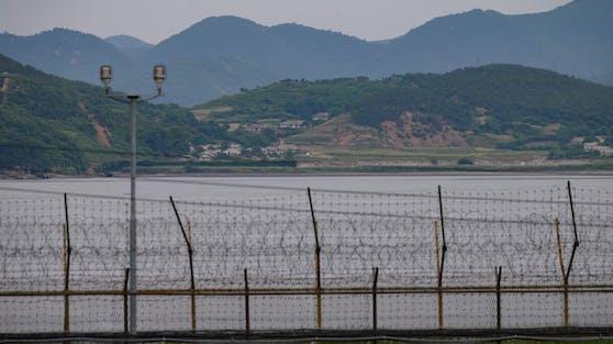 Blick auf Nordkorea von der anderen Seite der Stacheldraht-Abgrenzung.