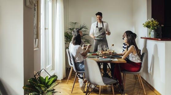 Eine kleine Brunch- oder Dinner-Runde im Familien- und Freundeskreis wirkt harmlos.