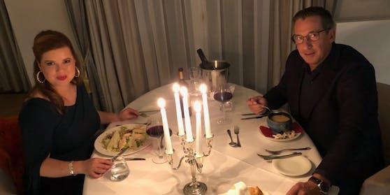 Wenn's draussen kalt ist, zündet Viktor Gernot für Duettpartnerin Simone Kopmajer gerne die wärmenden Kerzen an.