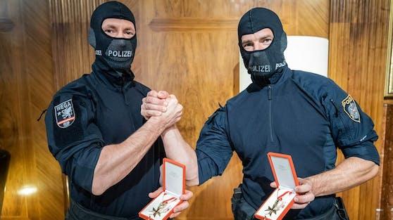 Die zwei Polizisten wurden von Innenminister Karl Nehammer und Bundeskanzler Sebastian Kurz empfangen.
