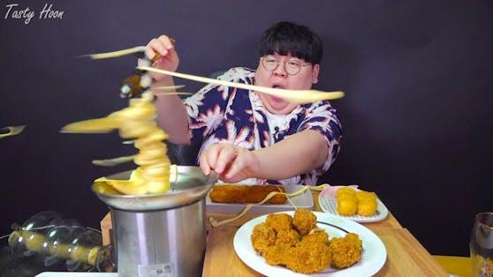 Das Video, in dem ein Mukbang-Youtuber von seinem Essen attackiert wird, geht bereits in den ersten beiden Tagen viral.