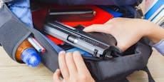 Schüler richtet Pistole auf Lehrerin und lädt durch