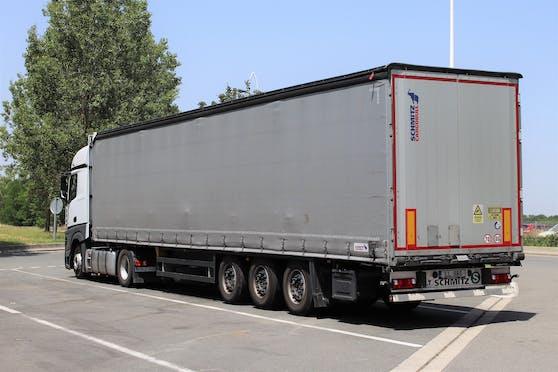 Ein Lkw mit Sattelauflieger (Symbolfoto)