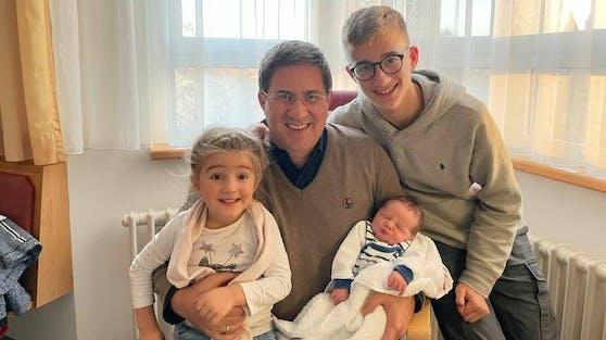 Sohn Maximilian (14), Töchterchen Anna Maria (3) und Rabl mit dem neuen Familienmitglied Peter.