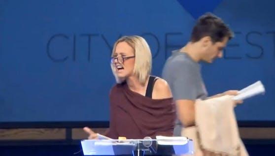 Paula White sorgt mit ihrem Auftritt für Kopfschütteln und Lacher.