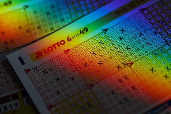 Ausgefüllte Lottoscheine des deutschen Lottos 6aus49 auf einer Tischplatte