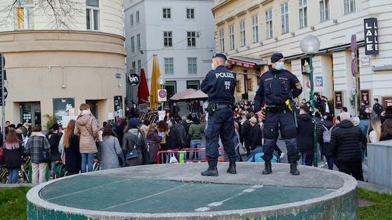 Menschen gedenken der Opfer am Schwedenplatz.
