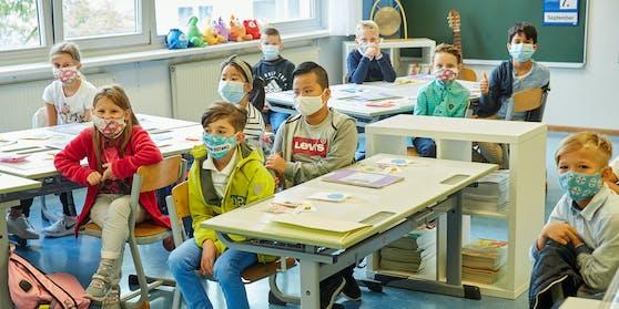 Das Kabinett Faßmann setzt unter anderem auf räumliche Ausdünnung und FFP 2 Masken.