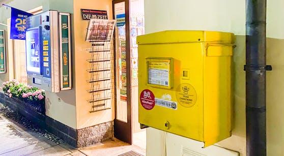 In diesem Postkasten blieb die Frau mit ihrer Hand im Briefschlitz stecken.