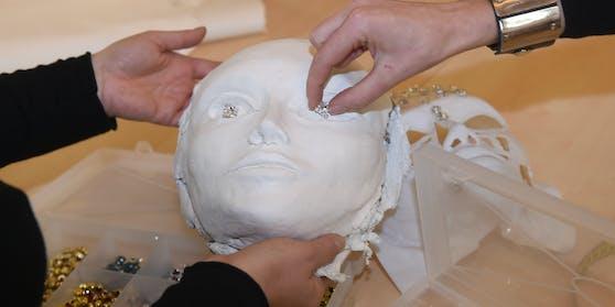 """Für den """"Frosch"""" verarbeitete das Maskenbildner-Duo 5.000 Swarovski-Steine."""