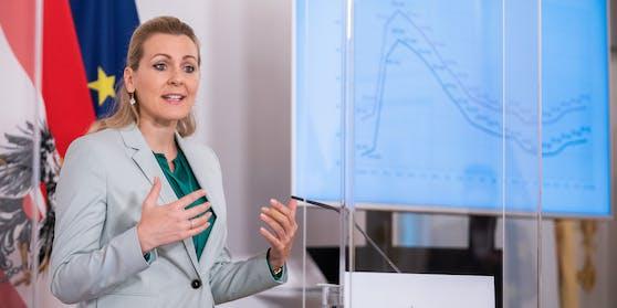 Ex-Arbeitsministerin Christine Aschbacher (ÖVP)verzichtet auf Arbeitsplatz im Finanzministerium.