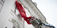 Darum hängt am Parlament jetzt riesige rote Schleife