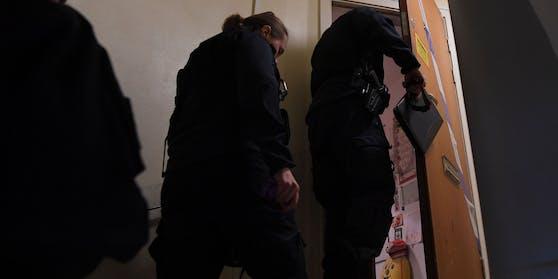 Polizisten betreten die Wohnung in Haninge.