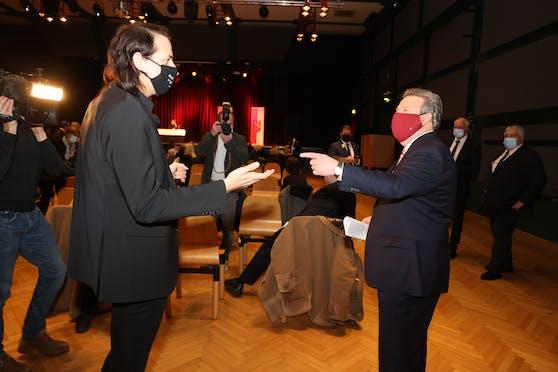 Bierpartei-Chef Marco Pogo traf bei der Angelobung auf Bürgermeister Michael Ludwig.