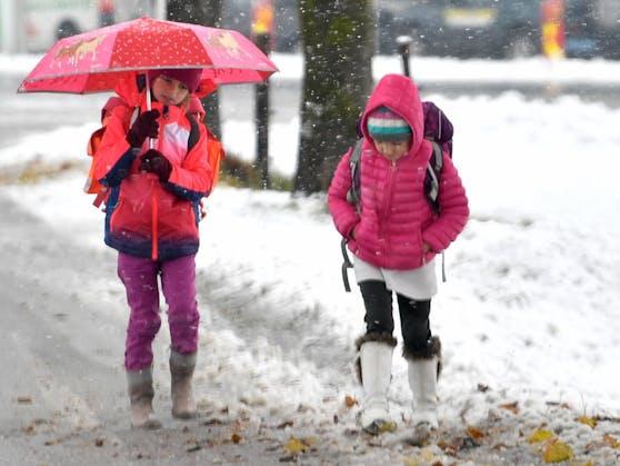 Kinder auf dem Schulweg bei Schneefall in Salzburg. (Symbolbild)