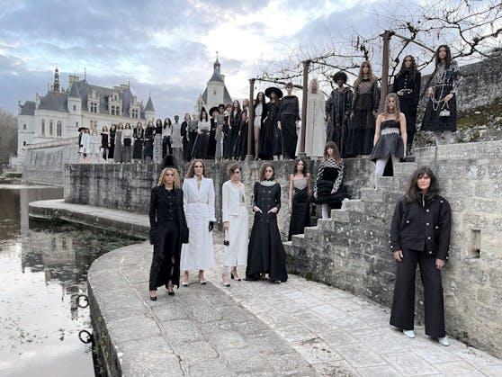"""Modedesignerin Virginie Viard zeigte ihre zweite """"Métiers d'arts""""-Kollektion im Château de Chenonceau, dasüber die Jahre hinweg von wichtigen weiblichen Persönlichkeiten bewohnt wurde und dessen Mauern auch einMonogramm ziert, das an jenes von Coco Chanel erinnert."""
