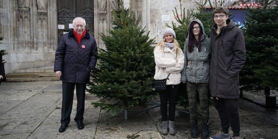 Volkshilfe-Präsident Häupl mit Gewinnerin Claudia und ihrer Familie.