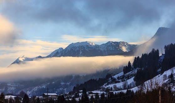 Winter in Taxenbach: Blick auf die umliegenden Berge mit Hochnebel. Archivbild