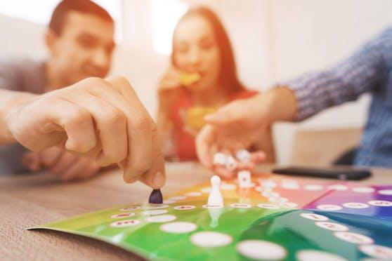 Die Würfel rollen lassen, Karten ziehen oder Spielzüge durchdenken, dabei vergehen die Stunden wie im Nu.