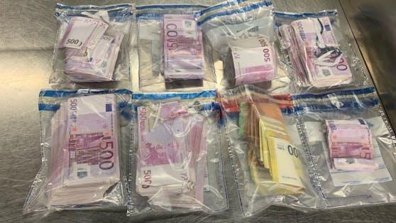 Vom Zoll am Flughafen gestoppt: Der in Düsseldorf lebende Türke (50) hatte 250.000 Euro in präparierten Schuhsohlen und...