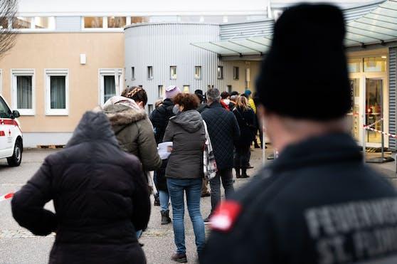 Testwillige beim Zugang zu einer Teststrasse im Rahmen von Covid-19-Massentests in St. Florian bei Linz
