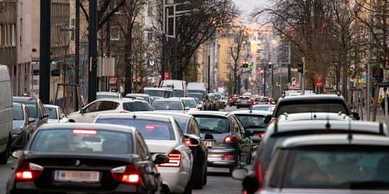 Blick auf die stark befahrene Favoritenstraße in Richtung Stadtzentrum in Wien.