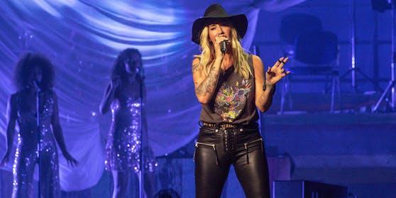 """Sängerin Sarah Connor meldet sich mit """"Bye Bye"""" zurück und bekommt im dazu gehörigen Musikvideo prominente Unterstützung."""
