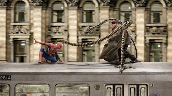 """Vor sechzehn Jahren machte """"Doc Ock"""" (Alfred Molina, re.) Spider-Man (Tobey Maguire) das Leben schwer. Im neuen Marvel-Film soll der Tentakel-Fiesling nun zurückkehren."""