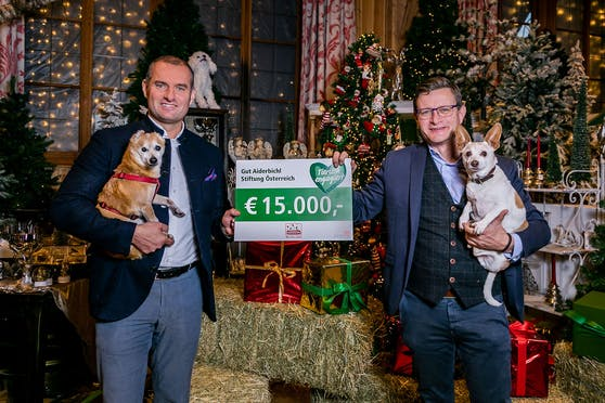 Dieter Ehrengruber von Gut Aiderbichl übernahm voller Freude die Spende von Fressnapf-Geschäftsführer Hermann Karl Aigner