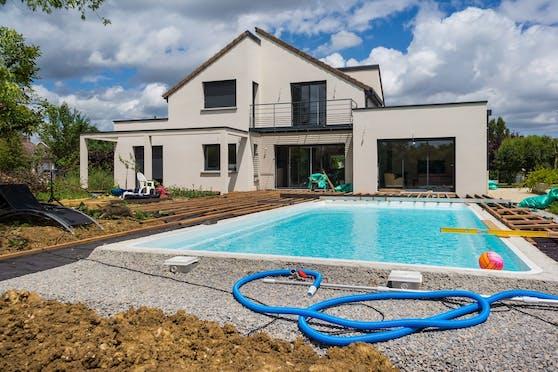 Ein Pool benötigt hinsichtlich Pflege und Instandhaltung viel Aufwand.