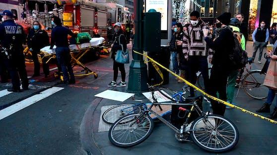 Mitten in Manhattan hat eine Frau mit ihrem BMW mehrere Menschen verletzt: Polizei und Rettungssanitäter kümmern sich um die Betroffenen. (11. Dezember 2020)