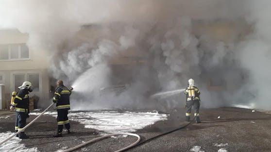 In einem Betrieb in Seeboden war ein großes Feuer ausgebrochen.