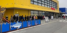 Riesige Menschenschlange vor Ikea in Wien