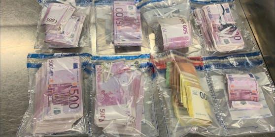 Vom Zoll am Flughafen gestoppt: Der in Düsseldorf lebende Türke (50) hatte 250.000 Euro in präparierten Schuhsohlen.