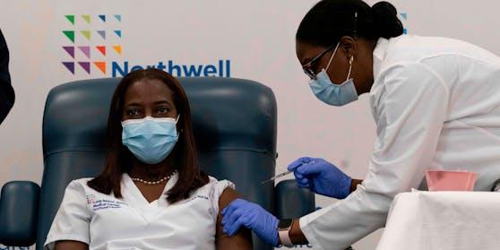 """""""Ich möchte öffentlich Vertrauen schaffen, dass die Impfung sicher ist"""", sagte Sandra Lindsey nach der Impfung."""