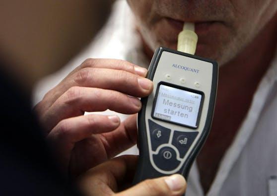 Bei einem Test wurden 3,38 Promille im Blut des 52-Jährigen festgestellt. Ihm wurde der Führerschein noch an Ort und Stelle abgenommen. Symbolbild.