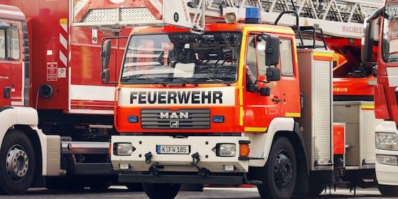 Vier Feuerwehrleute wollten ein Sofa aus dem Fenster gleiten lassen –dann ging alles schief.