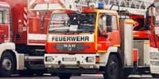 Feuerwehr schmeißt Couch aus dem Fenster, trifft Auto