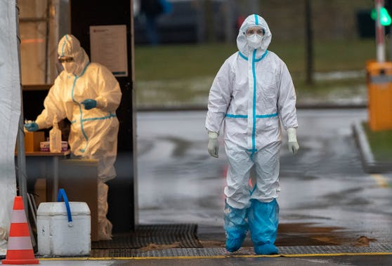 In Litauen sind die Zahlen zuletzt wieder angestiegen. Im Bild eine Frau im Schutzanzug, vorbereitet um Speichelproben zu nehmen. Vilnius am 11. Dezember 2020
