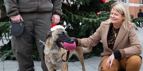 """Verteidigungsministerin Klaudia Tanner mit Corona-Spürhündin """"Fantasy Forever"""" am 14. Dezember 2020"""