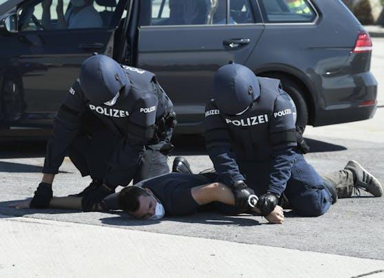 Symbolfoto: Polizeibeamte während einer Grenzschutz-Übung am 2. Juli 2020 am Grenzübergang Nickelsdorf