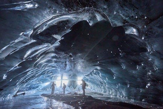 Der Zugang zur Eisgrotte unter dem Gletscher könnte bald wieder gesperrt werden.