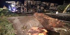 Holzlaster kippt um und versperrt ganze Straße