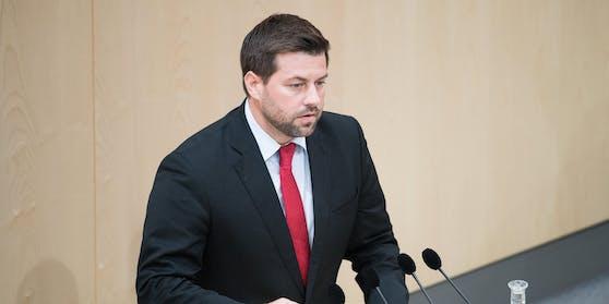 Neos-Abgeordneter Michael Bernhard kritisiert die Regierung.
