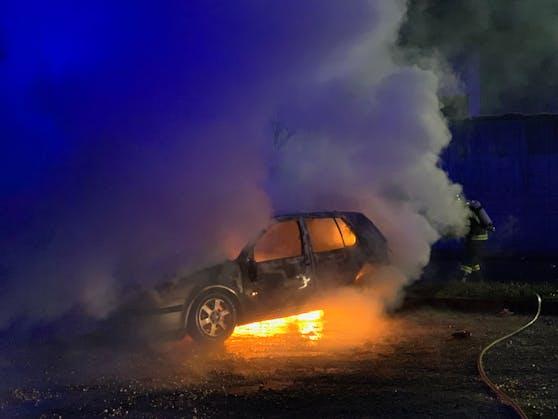 Während eine 20-Jährige bei ihrem Freund war, ging ihr Auto auf einem Parkplatz in Flammen auf, brannte völlig aus.