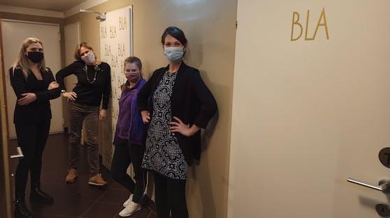 Hotel-Chefin Katharina Kluss und ihre Mitarbeiterinnen sehen die WC-Aufschrift mit Humor.