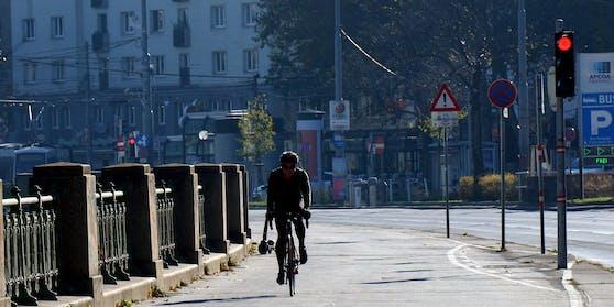 Ein Radfahrer in der Wiener Innenstadt während des zweiten Lockdowns.